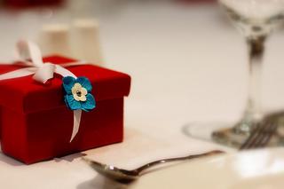 dinner-party-gift-etiquette